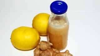 Hauptzutaten sind Zitronen und Ingwer bei einem Ingwer-Shot.