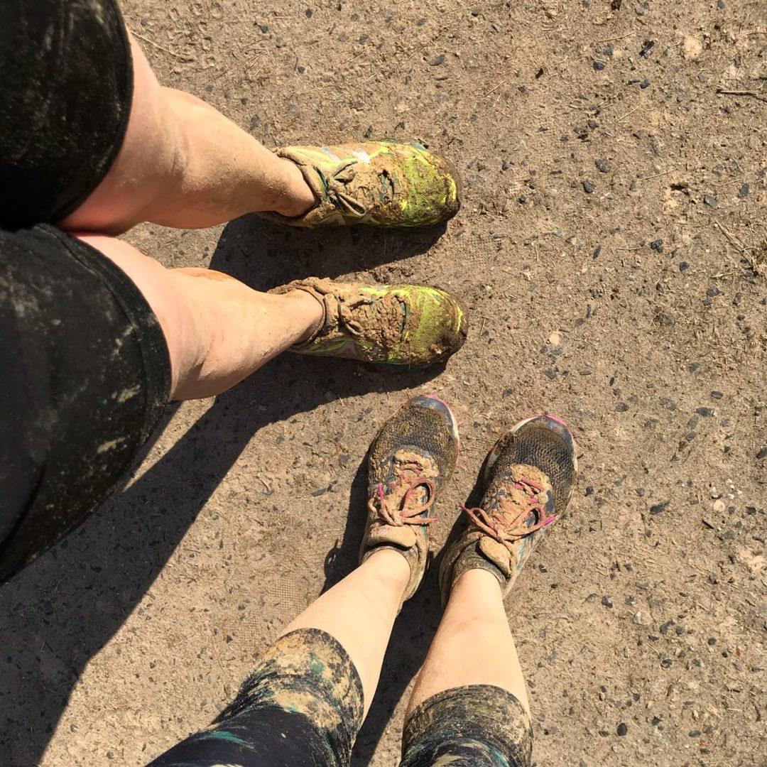 Beim Hindernislauf macht man sich schmutzig