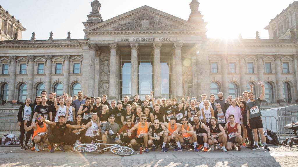 Die Kraft Runners posieren vorm Reichstag