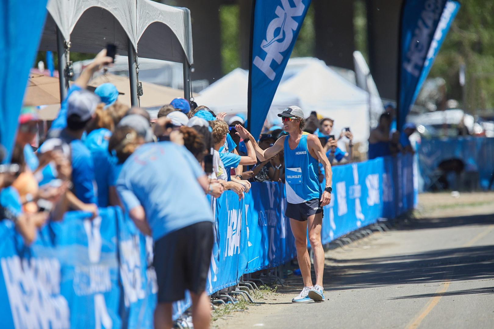 Jim Walmsley klatscht mit den Zuschauern ab, nachdem er den 80 Kilometer Weltrekord im Mai 2019 in den USA gebrochen hat in einer Zeit von 4:50:08 (Fotocredit: HOKA ONE ONE)