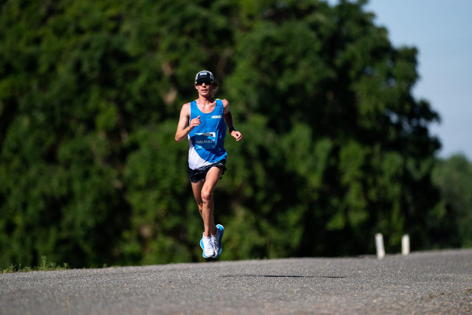 Flugphase beim US-amerikanischen Ultrarunner Jim Walmsley während seines Weltrekordlaufs über 80 Kilometer im Mai 2019 in den USA (Fotocredit: HOKA ONE ONE)