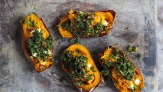 Süßkartoffeln mit Kichererbsen, zitroniger Tahin-Soße und Za'atar