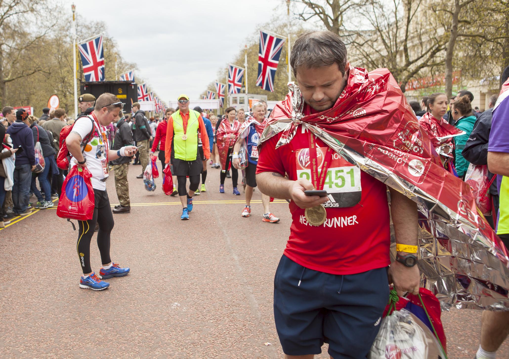 Ein Finisher des London Marathon hat seine Medaille um den Hals